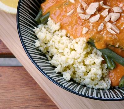 Veganes Sommergericht: Buschbohnen, Hirse, Erdnuss-Tomaten-Soße